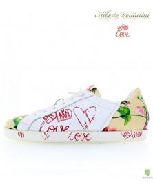 米色运动鞋 ''First Love''